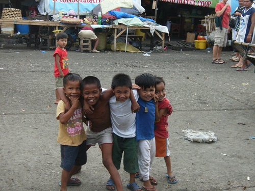 "Lachende Kinder auf dem Carbon Market, Cebu City, Philippinen: ""Be happy!"""