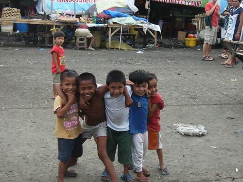 """Lachende Kinder auf dem Carbon Market, Cebu City, Philippinen: """"Be happy!"""""""